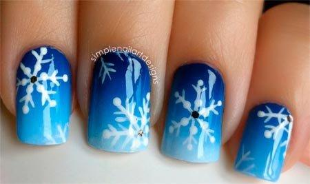 Рисунок на ногтях снежинки с синим градиентом