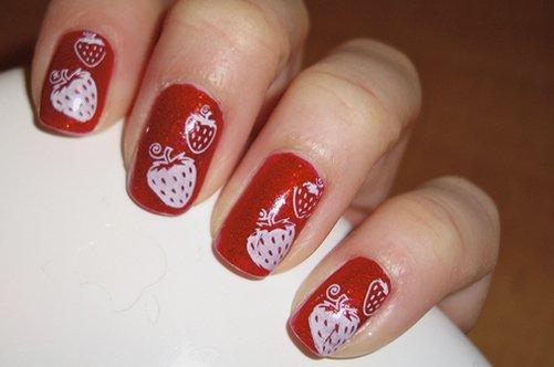 красный дизайн натуральных ногтей с клубничками фото