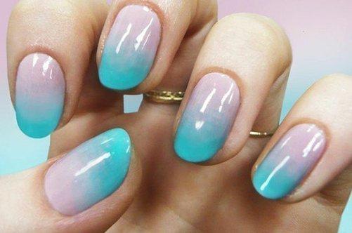 голубой бежевый дизайн ногтей губкой фото
