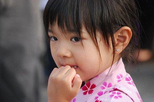 почему ребенок грызет ногти фото