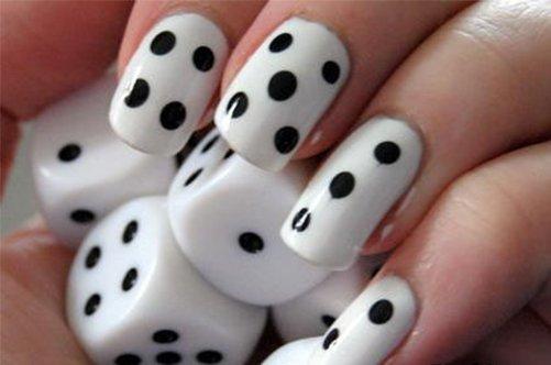 черно-белый дизайн ногтей домино фото