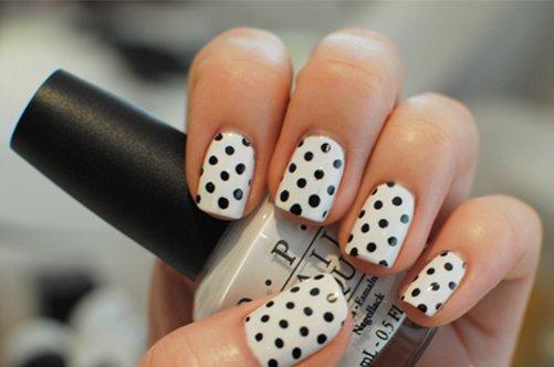 черно-белый дизайн ногтей горошины фото