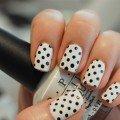 черное-белый дизайн ногтей в горошек фото