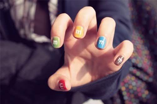 яркий летний дизайн ногтей m&ms