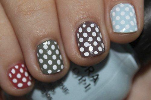 яркий летний дизайн ногтей в горошек фото