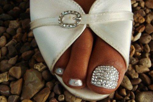 серебристый дизайн ногтей на ногах фото