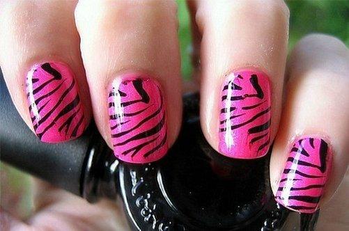 хищный розовый дизайн ногтей на выпускной фото