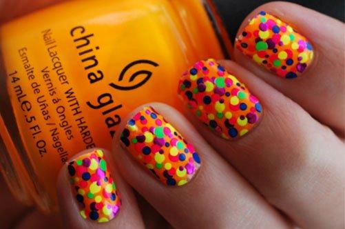 яркий летний дизайн ногтей в цветной горошек фото